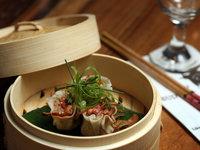 Domácí krevetové a hovězí knedlíčky na páře podávané s aromatickou omáčkou