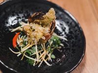 Smažené krevety v zelených rýžových vločkách, zelené mango se zálivkou z česneku a chilli