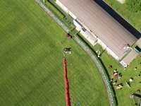 bungee skok na fotbalovém hřišti