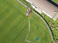 Skok z jeřábu na fotbalovém hřišti