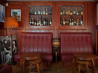 Zážitek probíhá ve stylovém havana baru v centru Prahy.