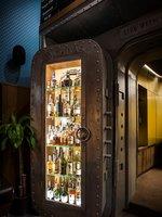 Ochutnávka whisky probíhá ve stylovém baru připomínající bankovní trezor.