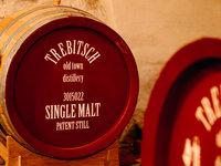 Whisky Trebitsch zraje v dubových sudech vlastní výroby a dostařuje v sudech po rumu, portském nebo koňaku.