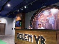 Usměvaví lidé na recepci zážitkové hry Golem VR.