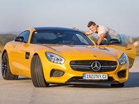 Do Mercedesu se leze jak do hadraplánu, stačí se prikrčit a lehce zaklonit.