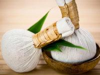 Masáž za pomoci aromatických bylin.