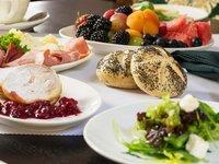 Bohatá snídaně servírovaná v královské restauraci