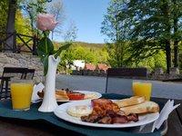 Královská snídaně přímo na terase zámku Lužec