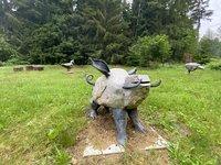 Pro děti jsou v zahradě k vidění kovová zvířata