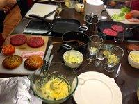 Domácí majonéza, bulka a burger na grilu, blížíme se do finále