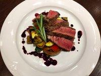 Rib eye steak se středomořskou zeleninou a dresinkem z červeného vína