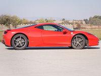 Klasická červená Ferrari prostě sluší!
