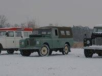 celá flotila Land Roverů