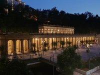 Pohled na noční kolonádu v Karlových Varech z pokoje hotelu Astoria