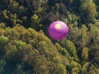 Horkovzdušný balón zezhora.