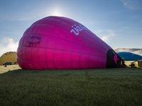 Až se balón začne zvedat a získávat tvar.
