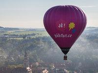 Koš, obal, hořák, ticho a klid. To je létání v horkovzdušném balonu.