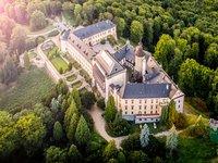 Letecký pohled na celý zámek Zbiroh