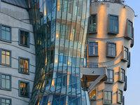 Můžete obdivovat jedinečnou architekturu Tančícího domu.