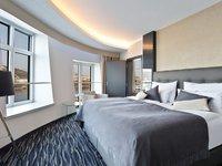 Užijte si noc v krásném pokoji s luxusním výhledem na Prahu.