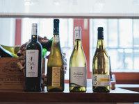 Dostatek výborného vína, který budete ochutnávat k připravovaným pokrmům