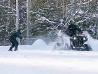 Karel Kašák si triky na sněhu za čtyřkolkou moc užíval.