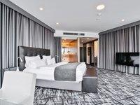 Krásný apartmán s královskou postelí jen pro vás dva. :)