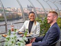 Kochat se můžete nádherným výhledem na Prahu.
