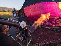 Zažehneme hořák a začneme ohřívat vzduch v balónu.