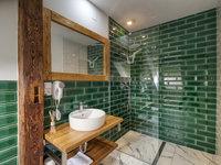 Koupelna laděná do lahvově zelené barvy - pivní hotel Zlatá kráva
