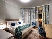 Noční kolonáda za okny pokoje Comfort hotelu Astoria