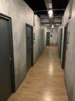 Všechny cely Prison Islandu vypadají zvenku stejně. Ale co je uvnitř? - Prison Island