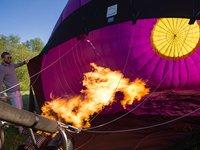 Následně se začne vzduch v balónu ohřívat horkým plamenem hořáku.