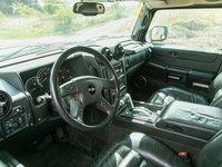 Civilnější Hummer H2 už má i pěkně vymazlený interiér.