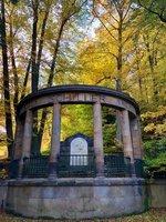 Najdete v lázeňských lesích pomník Friedricha Schillera?