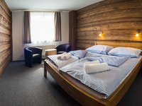 Pokoje jsou v duchu horského hotelu a nábytek je vyroben jen z místních surovin
