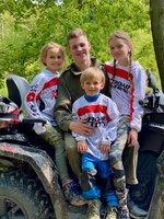 Rodinná jízda na čtyřkolkách