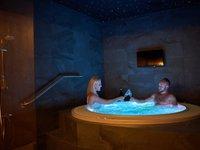 Užijte si privátní vířivku v hotelovém wellness.
