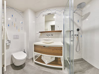 Koupelna v apartmánu vás okouzlí prostornou sprchou.
