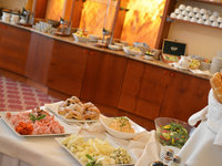 Bohatý snídaňový bufet hotelu Maxmilian