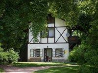 Domeček knížete Alexandra je skrytý v zeleni parku zámku Loučeň