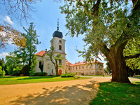 Pohled na zámek od domečku knížete Alexandra