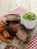 Steak z hovězí svíčkové ve slaninovém kabátku, smetanové brambory, zeleninová ratatouille