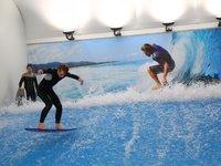 V jednu chvíli na vlně surfují pouze dva surfaři.
