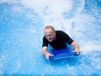 Nejjednoduší je surfování na břiše (bodysurfing)