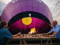 Brzy se před vámi objeví horkovzdušný kolos, který vás donese až do nebes. (na fotkách je pětimístný balón, leč pro tento typ zážitku využíváme sedmimístný balón)