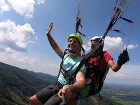 Karel Kašák coby adrenalinový vyzyvatel nesměl na paraglidu také chybět.
