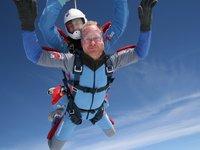 při výskoku z letadla někteří zachovají chladnou hlavu