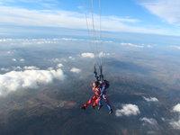 Viset ve vzduchu, několik kilometrů nad zemí, to je zážitek!