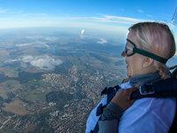 Ve výšce 3000 metrů jde do tuhého - pilot i pasažérka si sednou na hranu balónu.